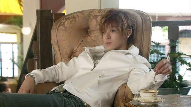 Hanazawa Rui JDrama Oguri Shun sitting in chair with tea